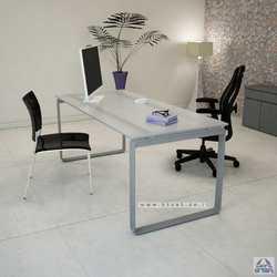 שולחן עבודה זכוכית לבנה מחוסמת דגם NIRO רגל כסופה