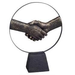 פסל אומנותי - יד לוחצת יד